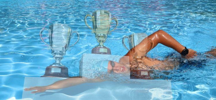 Stupně výtězů, poháry a Jakub Běžel jak plave na letním koupališti