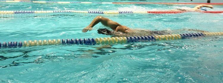 Marek při plavání v bazénu Kralupy. zasunutí ruky do vodx