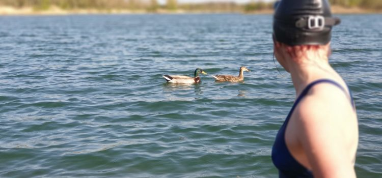 Alice sleduje kačera jak si klidně hoví na vodě. Brzo bude plavat taky tak.