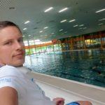 Jakub Běžel sedí na tribuně aquacentra Šutka a čeká na další soukromou lekci plavání